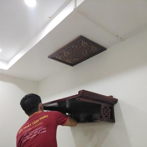 Nhân viên Tâm Phát lắp đặt bàn thờ treo tường chuyên nghiệp