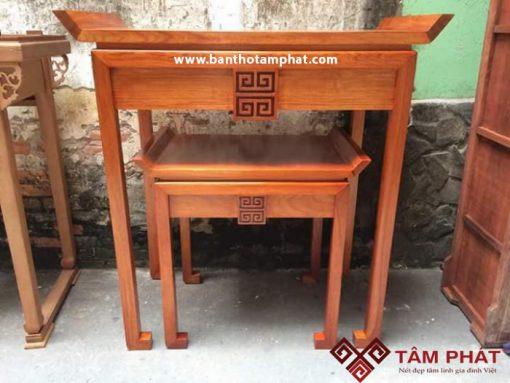 Bàn thờ đứng chung cư Tâm Phát được làm từ nhiều chất liệu gỗ: sồi, mít, hương, gõ, gụ