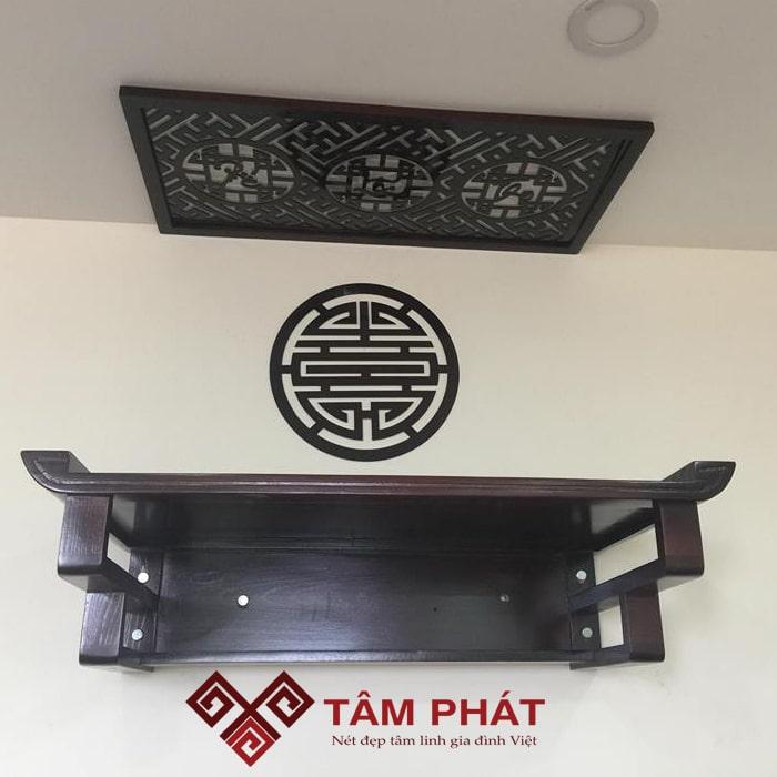 Bàn thờ treo tường chung cư Tâm Phát được thiết kế đo ni đóng giày chuẩn kích thước lỗ ban phong thủy