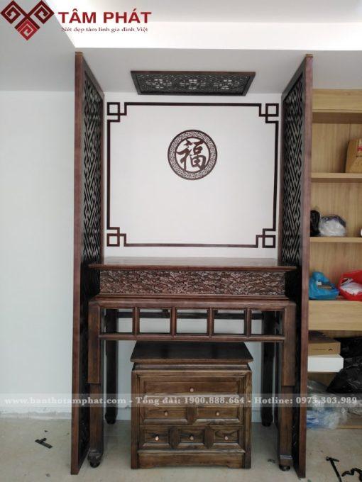 Bàn thờ và vách ngăn được hoàn thiện kỹ từ gỗ tới nước sơn