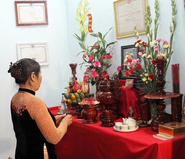 Sắp xếp bình hoa trên bàn thờ