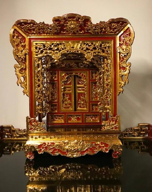 Trang trí bàn thờ gia tiên với ngai thờ