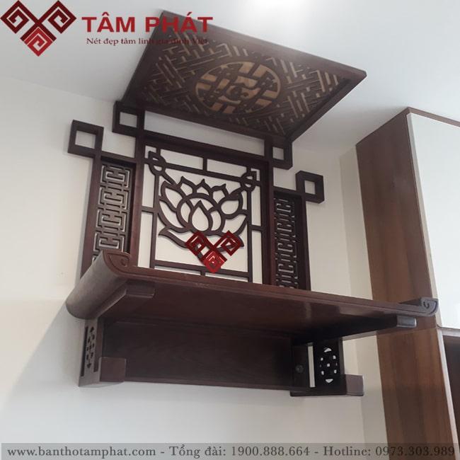 Mẫu bàn thờ màu nâu kết hợp ốp trang trí