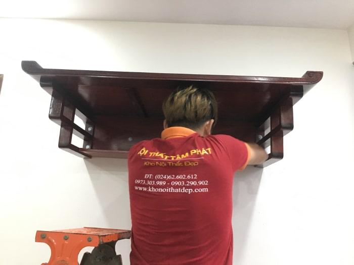 Nhân viên tiến hành lắp đặt bàn thờ