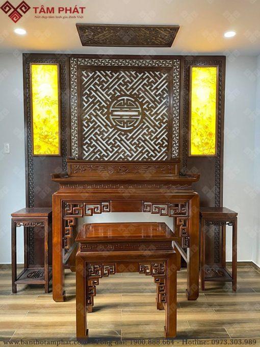 Mẫu ốp gỗ kết hợp với tranh trúc chỉ tạo nên không gian sang trọng