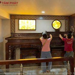 Phòng thờ kết hợp ốp trang trí và tranh trúc chỉ tạo nên sự ấm cúng, trang trọng