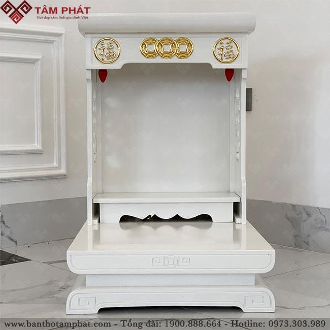 Bàn thờ có 2 bóng đèn nhót thắp sáng và mặt trước được trang trí chữ Hán tài lộc