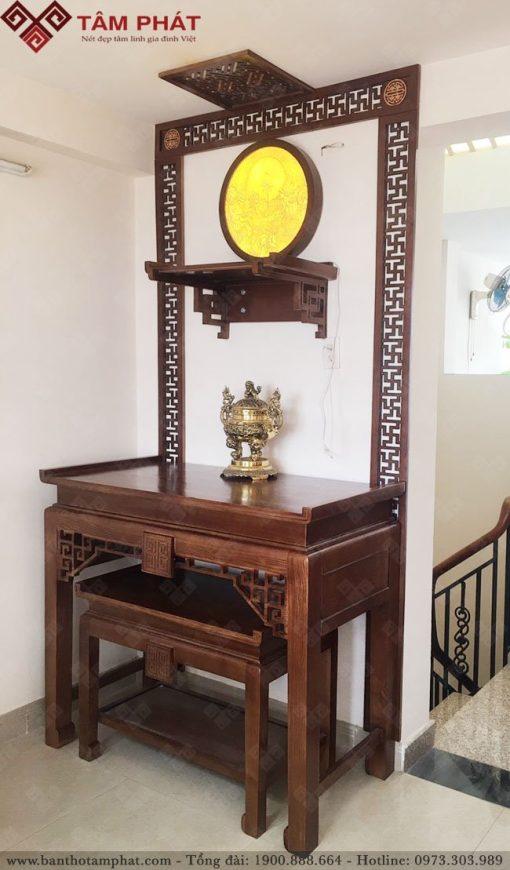 Không gian sử dụng bàn thờ Phật treo tường và bàn thờ để đất