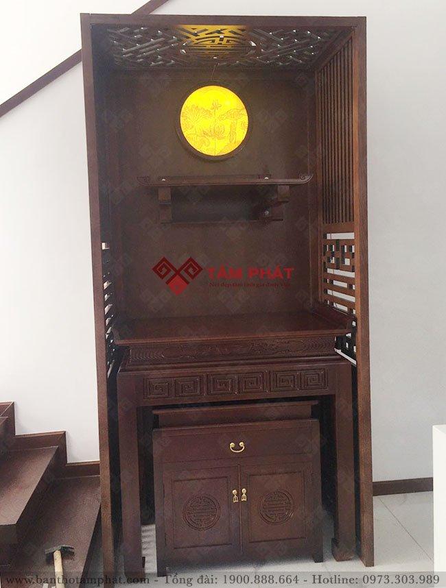 Bàn thờ gia tiên kết hợp với bàn thờ Phật treo tường trong cùng một không gian